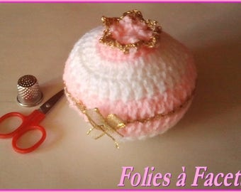 Crochet needle: decorative candy pink and white wool