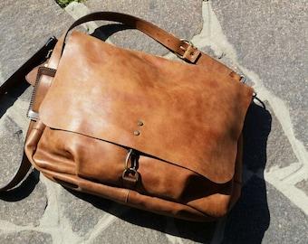 Borsa in Pelle. Borsa Postina. Borsa a tracolla. Borsa Vintage. Borsa color Cuoio. Shoulder Bag.