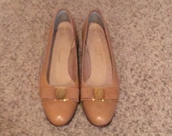 Salvatore Ferragamo Tan Pebbled Leather Vara Bow Pump shoes Size 8.5-9 AA/Vintage Ferragamo Vara Bow pump shoes