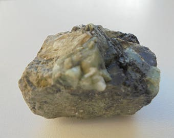 Emerald rough natural stone in Lithotherapy