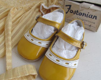 Adorably dinky vintage sunshine-yellow little girls Mary Jane shoes~Unused in original box~Infant size 4~The most darling display