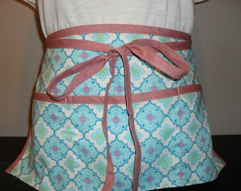 Waitress/utility/vendor apron with 3 pockets. Blue and white flower squares.