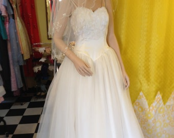 Vintage Alfred Angelo Wedding Dress.   Price includes shipping world wide