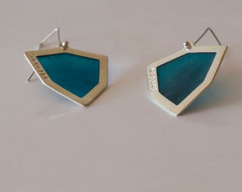 Geometrical earrings with green and transparent enamel