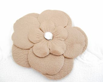 A leather flower 6.5 cm beige with Rhinestones to cord.