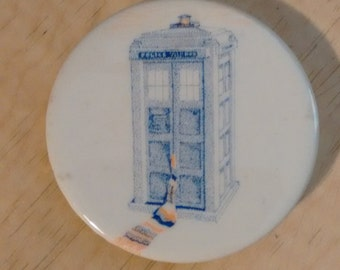 TARDIS button badge pin Doctor Who scarf 1980s tribute art Tom Baker Shada 4th Doctor Fourth Doctor