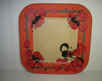 Unused 1940's-50's colorful Halloween paper plate arched hissing black cats in a jack o lantern pumpkin patch