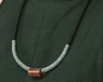 Model Lundi black. Mid-length necklace black rope, grey wool and copper. Simple and minimalist design.