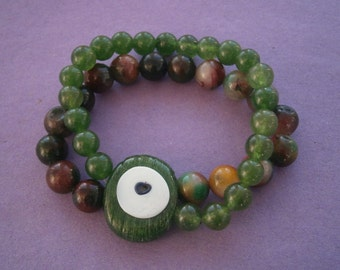 B948) A lovely retro red green glass magic eye bead stretchy bracelet size adjustable
