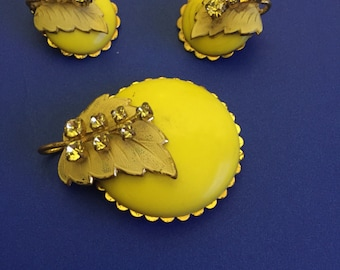 Jewellery 1950's chic brooch and clip-on earring SET in bright buttercup yellow with leaf vine design