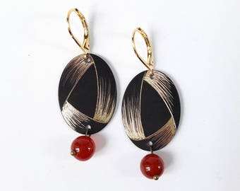 Oval earrings in engraved brass with a graphic pattern reminiscent of a Ribbon