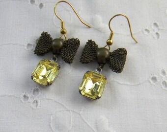 Vintage style earrings with bow, Pale Yellow glass earrings, prong bezel set, Lemon Yellow