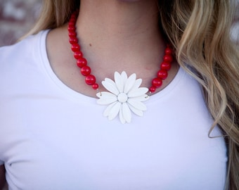Vintage RETRO Enamel White Daisy Flower Upcycled Red Beaded Necklace