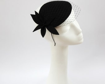 Schwarzer Wolle Filz Fascinator, Mini-Hut mit dem Schleier