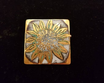 Brooch Art Deco enamel, with a floral design.