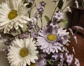 Violet et blanc Floral arrangement dans un Vase Vintage