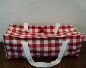 Bag for transporting cake in red gingham fabric