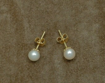 White Akoya Pearl Stud Earrings 5.5 - 6 mm (Σκουλαρίκια με Λευκά Μαργαριτάρια Akoya 5.5 - 6 mm)