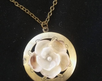Aromatheraphy Locket: Ivory Shellflower with Oyster Pearl