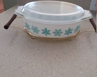 Pyrex Snowflate 2 1/2 Quart Oval Covered Casserole With Carrying Cradle