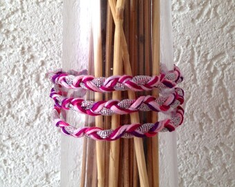 Bracelet tressé 3 tours, fashion été bohème, rose-mauve-fuchsia-violet-magenta et sa breloque chouette