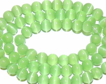 5 ŒIL CAT GREEN OPAL BEADS. ROUND 8 MM.
