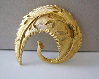 Vintage gold autumn leaf brooch (G5)
