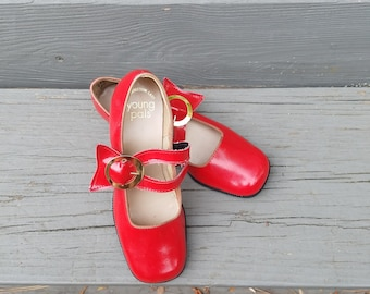 1960s girls shoes//Young Pals red patent leather mary jane style shoes//vintage 60s girls shoes//2