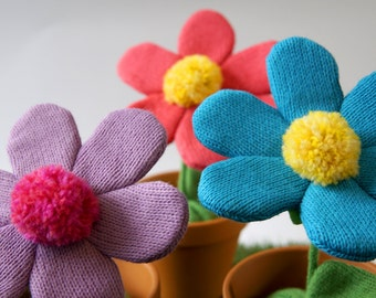 Knitted flower with pot - Fun and colorful decoration