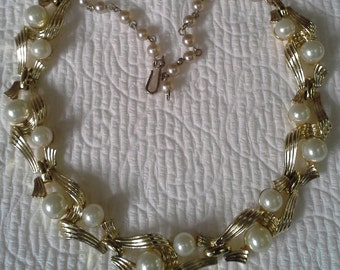 Vintage 1940s  Lisner links choker necklace gold tone and faux pearls