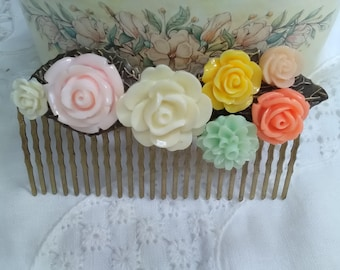 Peinecillo of flowers in pastel shades mounted on metallic base, light, elegant, original and very flattering.