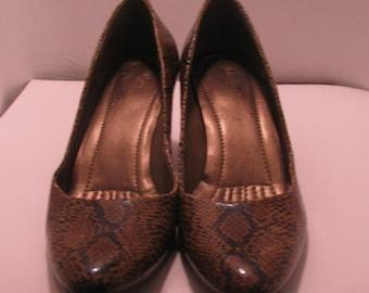 Easy Spirit size 6 1/2  - 2 inch heel