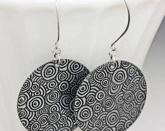 Circle pattern dangle earrings