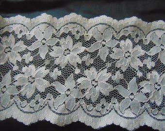 5 metres of beautiful cream 5.5 inch figured   vintage Nottingham  lace