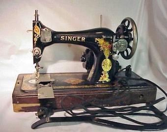 Lovely RARE 1925 128--13 Bullet Shuttle LA VENCADORA  Knee Bentwood Base  Sewing Machine AA479502