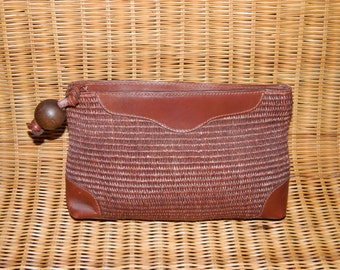 Straw and faux leather pochette