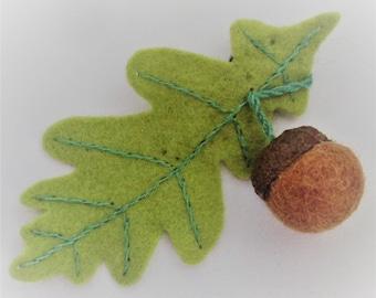 Fabriqué à la main feuille de chêne en laine feutrée et gland automnales broche eco friendly bijoux bois nature inspiré OOAK cadeau original