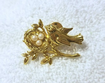 Beautiful Vintage Goldtone bird bird's nest on a branch / tree lapel pin / brooch with faux pearls for eggs 47