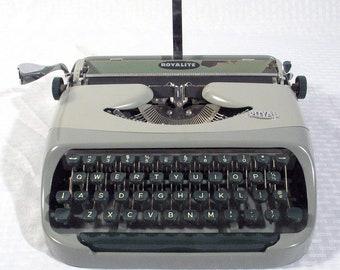 Typewriter Vintage Royal Royalite Portable - working typewriter - original case - manual