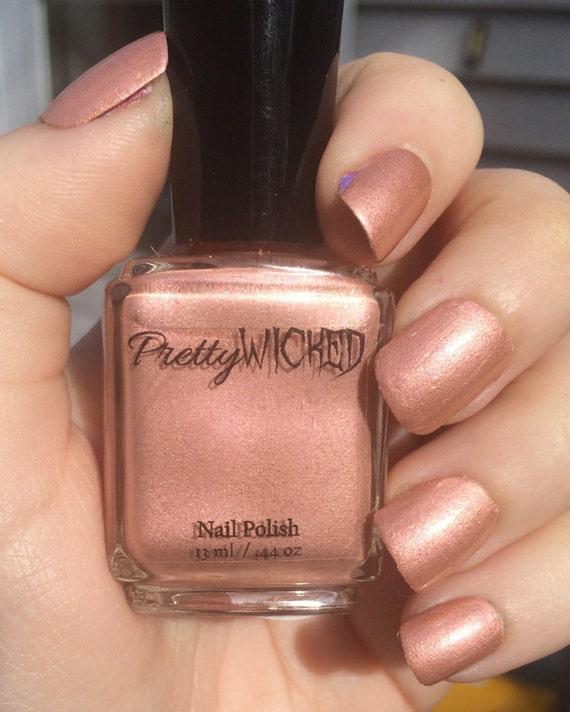 Artículos similares a Color de rosa de esmalte de uñas oro - Millie ...
