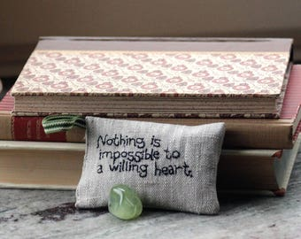 Nothing is impossible to a willing heart - John Heywood - Lavender sachet in linen with embroidered text