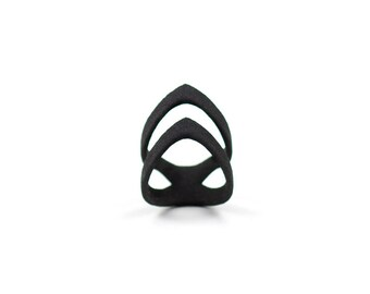 """The """"Hunt"""" midi/knuckle ring in black - A middle-knuckle ring with a double arrow-tip curved point."""