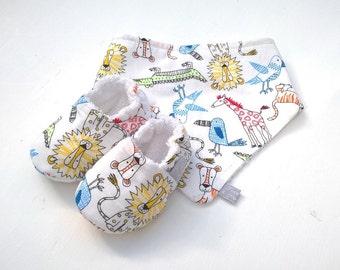 Baby Gift Set, Unisex Zoo Print Bandana Bib and Baby Shoes set, summer baby gift