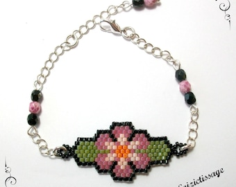 Bracelet with a beadwoven flower pattern and a silver chain with beads
