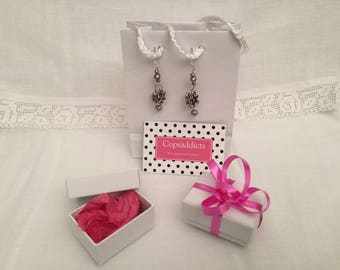 Dangling earrings with purple coffee capsules