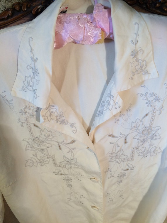 Heavy silk 50's vintage embroidered oriental blouse. Cream. Gorgeous