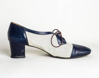 Vintage Blue and White Heels / 60s Vintage Two Tone Oxfords / Navy Blue Leather Shoes / Oxford Heels / 60s Shoes/ 1960s Mesh Leather Heels