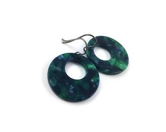 Emerald green hoops dangle earrings - Hypoallergenic pure titanium and resin earrings