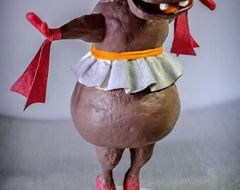 Hippopotame en tutu, sculpture décorative en papier mâché