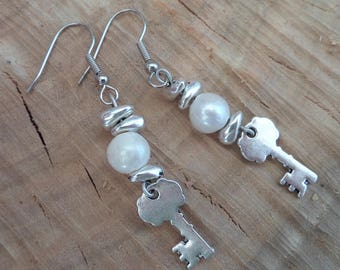 Earrings with imitation pearl and key